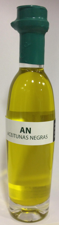 Aceite de oliva virgen extra ecostean con aceitunas negras.