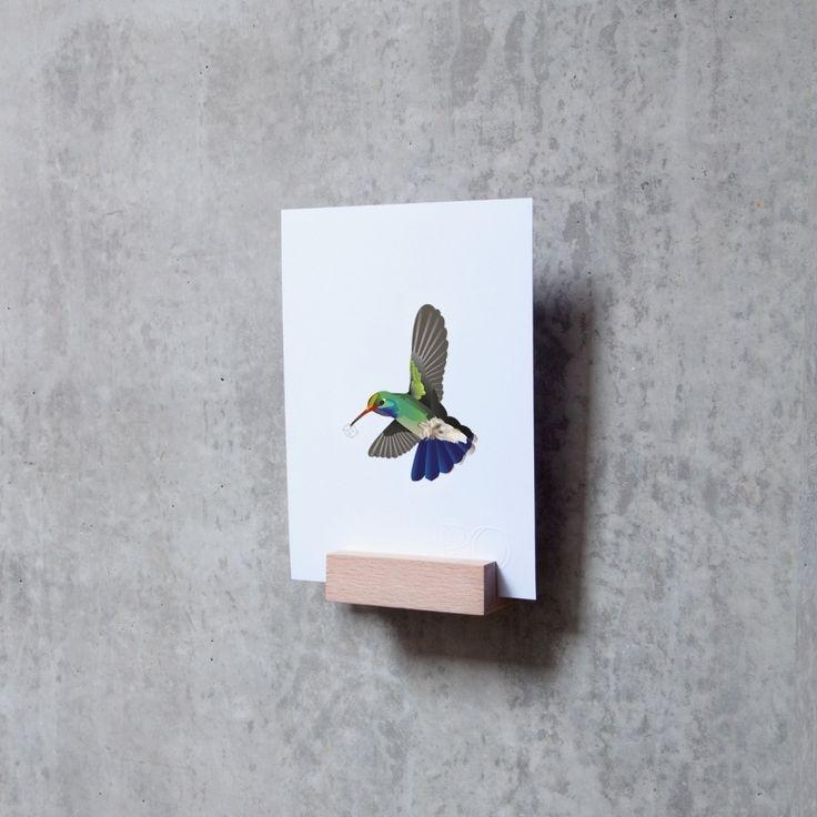 HOLD IT wand Geef  je  kaart,  kunstwerkje  of  foto  een  mooie  plek aan de muur in de massieve beukenhouten houder  HOLD  IT  wand. Ben  je er na verloop van tijd aan toe om tegen iets  nieuws  aan  te kijken?  Wissel  met  gemak een kaart of zet er een mooi vaasje op met jouw favoriete bloem, zo heb je weer een ander uitzicht om van te genieten.  De Hold it wordt met de hand gemaakt en kan verschillen in houtstructuur. Elk exemplaar is uniek! HOLD  IT  wand wordt geleverd inclusief plug