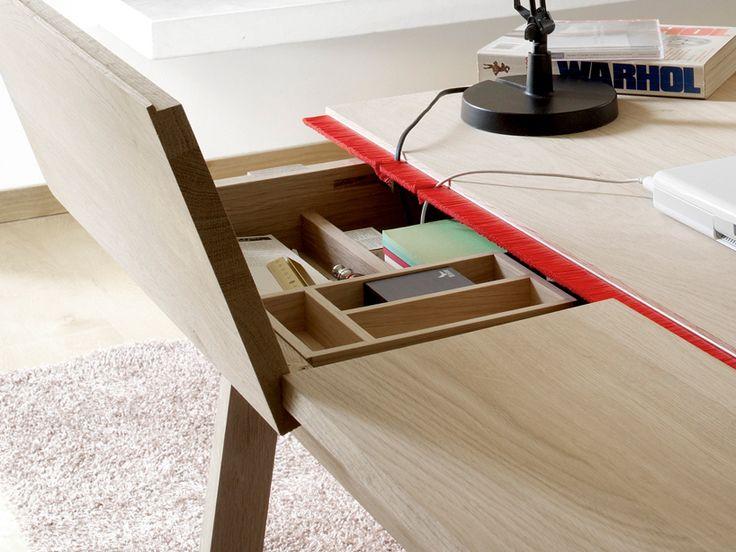 Solid Oak Desk: Uma mesa com muito espaço de armazenamento para seu Home Office