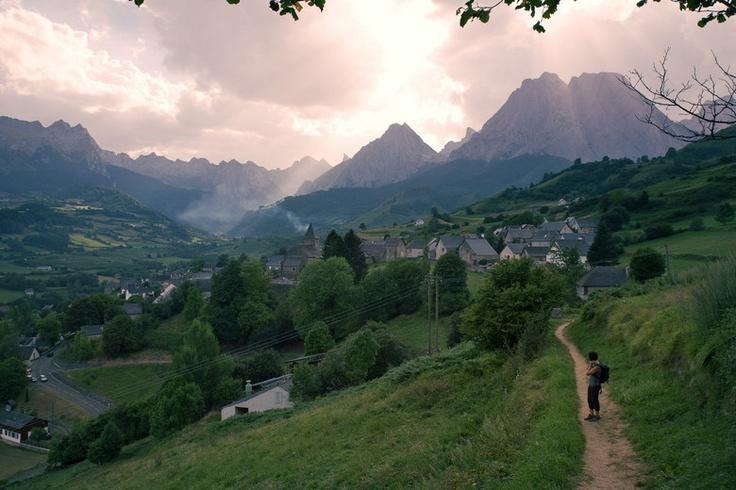 en wandelaar kijkt naar het indrukwekkende berglandschap bij Lescun, Frankrijk