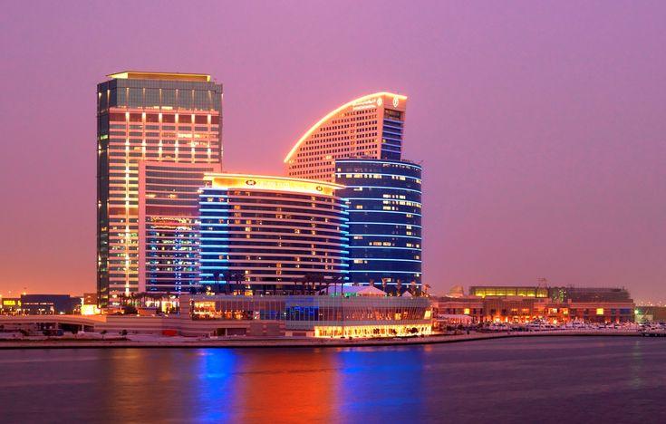 Crowne Plaza Lyxigt hotell med fantastisk utsikt över Dubais stadssilhuett. Crown Plaza är beläget vid Festival City 2 km från Dubais internationella flygplats. Al Badia Golf Club ligger precis intill Dubai Festival City. http://www.golfjoy.se/Dubai_Crown.htm