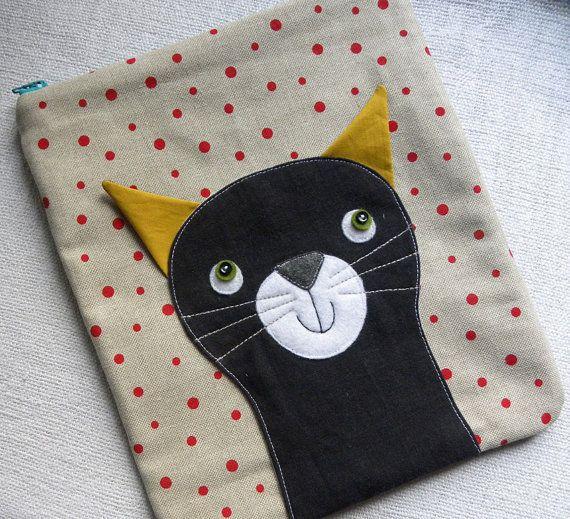 ... warten darauf, Ihre lieben Sachen sicher und versteckte gleich hier in diese Tasche zu halten! :)    Dies ist ein Unikat, applizierten Tasche genäht von umgewidmet und Baumwoll-Gewebe! Die Vorderseite des es hat schwarze Leinen Katze appliziert auf (off weiß mit roten Punkten) Leinen, er ist bekam graue Filz Schnauze mit grauem Bart und Filz/wee Knopfaugen, seine Ohren sind aus Baumwolle/Leinen genäht und sind ragt.  Die Rückseite des Beutels wird mit einer schwarzen Jeans genäht. Beutel…