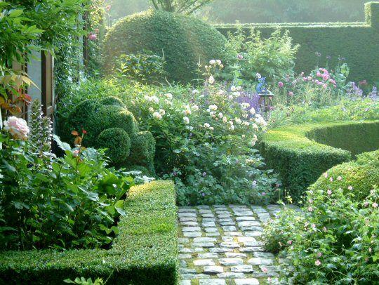 Tuin Dina Deferme...reeds in de middeleeuwen waren in de tuinen van kloosters en grote boerderijen buxushagen in gebruik