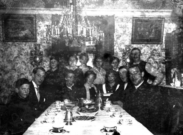 Kaffebord hos Henrikssons, lilla A, Alma i Sörgård i mitten vid bordet