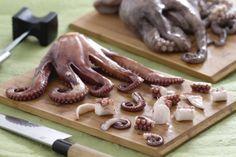 COME PULIRE IL POLPO, come pulire e cuocere questo gustoso mollusco, per renderlo pronto a tutte le vostre preparazioni. Qui la #video #ricetta: http://ricette.giallozafferano.it/Come-pulire-il-polpo.html #GialloZafferano #scuoladicucina #comesifa #polpo