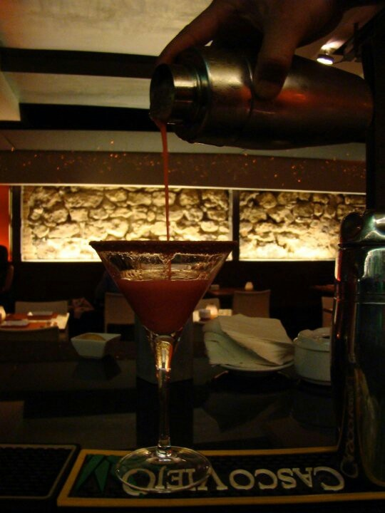 Preparando el famoso martini selva negra.