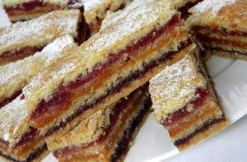 Prăjitură cu trei tipuri de gem, una dintre cele mai simple și bune prăjituri din caietul bunicii