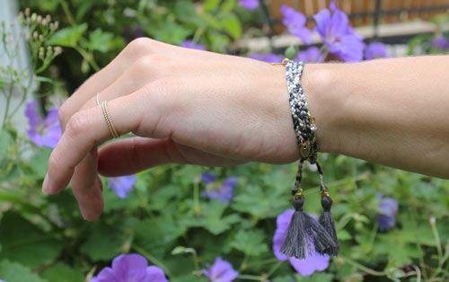 Flettet armbånd med charms og kvaste