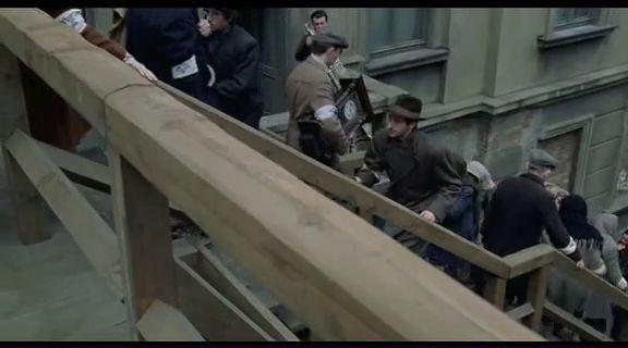 @ . A ZONGORISTA . / 1. rész / 1939, Varsó. Wladyslaw Szpilman zongoraművész egy lemezstúdióban dolgozik, amikor bombázni kezdik a várost. A felvétel félbeszakad, Wladyslaw hazatér. Otthon zsidó szülei és testvérei megpróbálják eldönteni, mit vigyenek magukkal, ha a növekvő náci fenyegetés miatt menekülniük kell Varsóból. Wladyslaw nem akarja elhagyni a várost, mivel szereti, s legalább annyira rajong Dorotáért, a fiatal csellistáért.