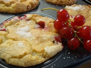 Frostrosor: Röda vinbärsmuffins med vit choklad