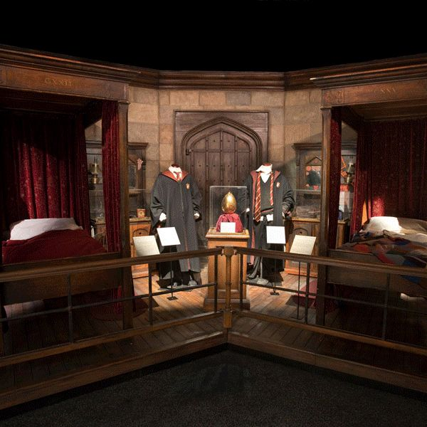 how to decorate your bedroom like a hogwarts dormitory love harry potter beyond words you can decorate your room to look like a hogwarts dormitory so work