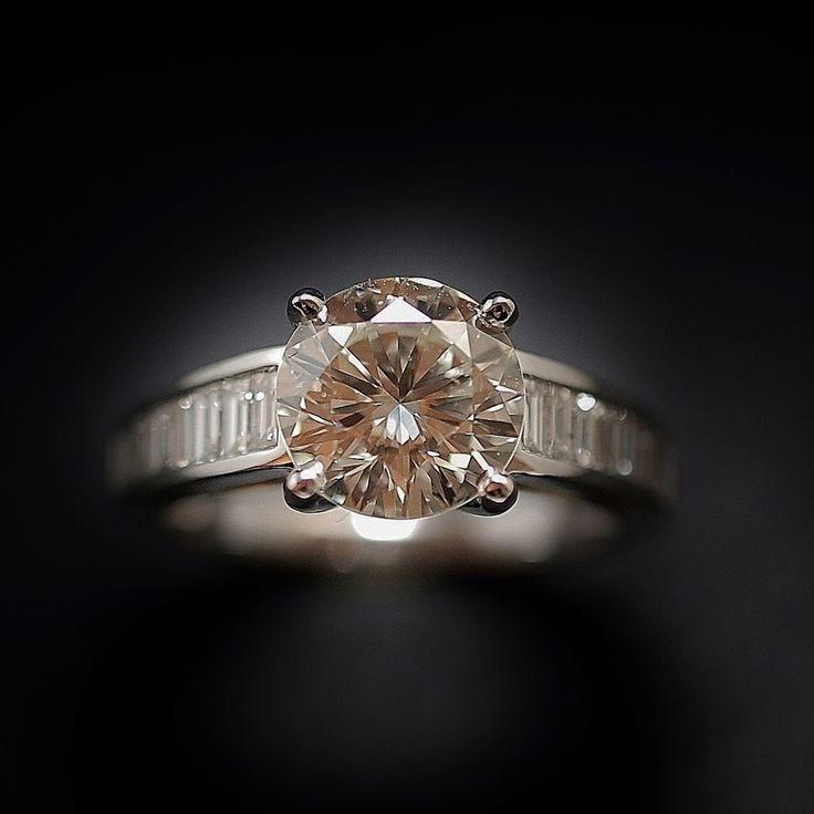 à vendre : 15000€ solitaire en or gris 18 Cts avec Diamant naturel taille brillant de 2.28 Cts serti 6 griffes  Couleur : K (Légèrement teinté)  Pureté :  VVS1 (Minuscules inclusions)  diamètre pierre 8.7 mm  et de diamants baguettes sur les côtés soit 0.55 Cts H-VS  poids : 5.10 gr  Taille 53/54  Livré avec certificat de laboratoire LFG  mise à la taille offerte Prix Neuf Diamant : 24500€ Prix de la monture : 1800€