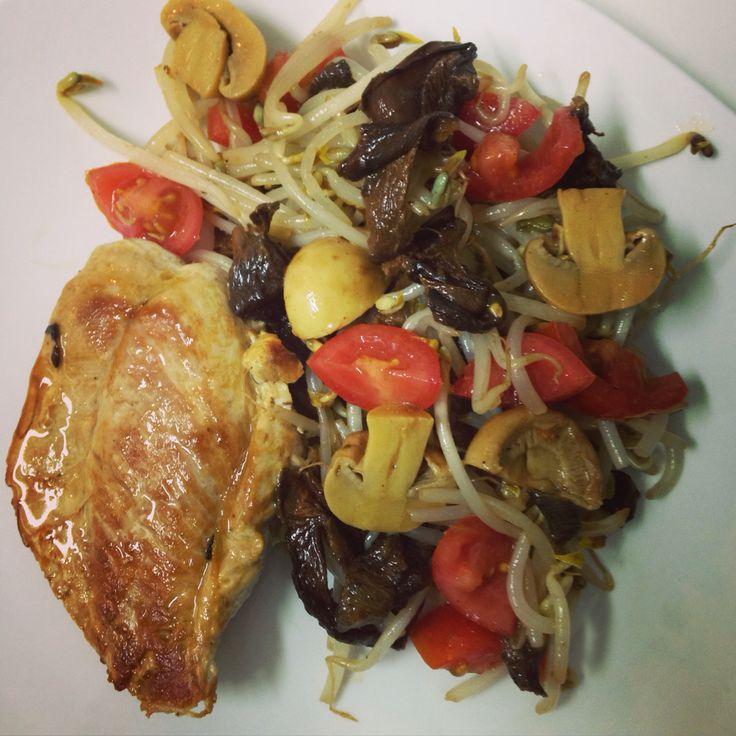Pollo marinado con salteado de hongos, brotes de soya y tomate cherry