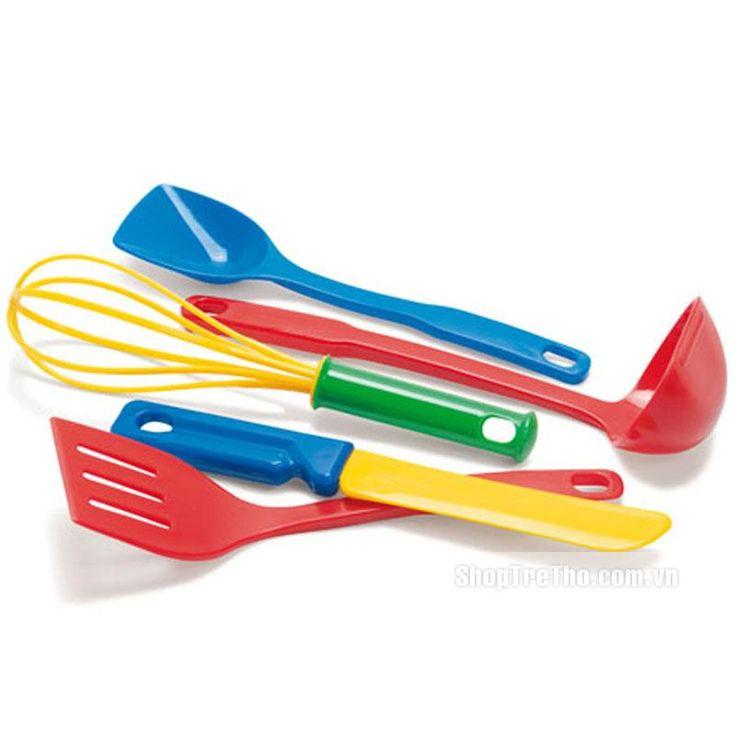 Bộ dụng cụ nấu ăn Dantoy DT4228 là đồ chơi dành cho các bé trên 3 tuổi, cho bé thỏa sức đóng vai người nội trợ nấu ăn, mang lại cho bé những giờ vui chơi thật thú vị và giúp bé nhận thức thế giới xung quanh. Bộ sản phẩm gồm dao, que đánh trứng, muỗng... với những màu sắc khác nhau như: đỏ, xanh, vàng sẽ là món quà đầy ý nghĩa dành cho các bé gái, tập đóng vai trò là những bà nội trợ đảm đang.