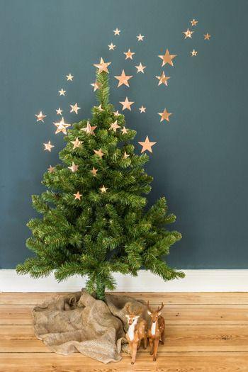 金色の紙を星の形に切って壁とツリーに貼り付けて、空間全体でクリスマスを楽しんでいます。クリスマスツリーに星が降り注いでいるかのようで、鹿の置物とも雰囲気がぴったり。今にも物語が始まりそう♡