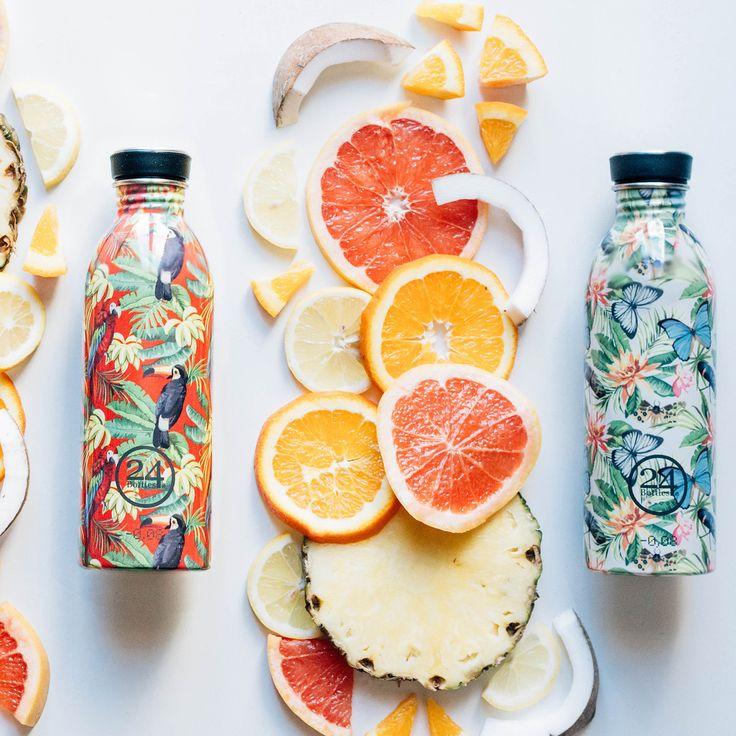 """Die Trinkflasche """"Tropical""""  von 24 Bottles besteht aus Edelstahl und sind mit floralen Mustern verziert."""