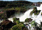 """Brasil - Foz do Iguaçu È situata a circa 650 km ad ovest di Curitiba, la capitale del Paraná, ad est del fiume Paraná e a nord del fiume Iguazú, che costituiscono rispettivamente il confine con il Paraguay e l'Argentina e la dividono dalle città di Ciudad del Este e Puerto Iguazú. Il punto in cui confinano i tre stati e, per estensione, tutta la zona individuata dall'area urbana di queste tre città è denominata """"Tríplice Fronteira""""."""