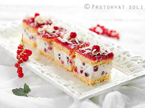 Redcurrant cake with cream cheese