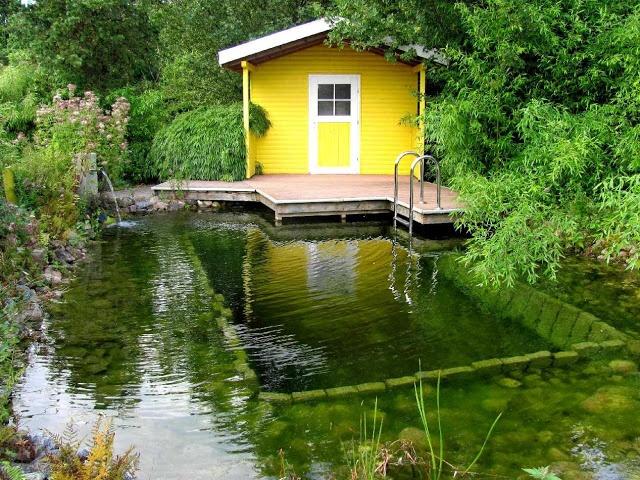 Schwimmteich mit Sauna
