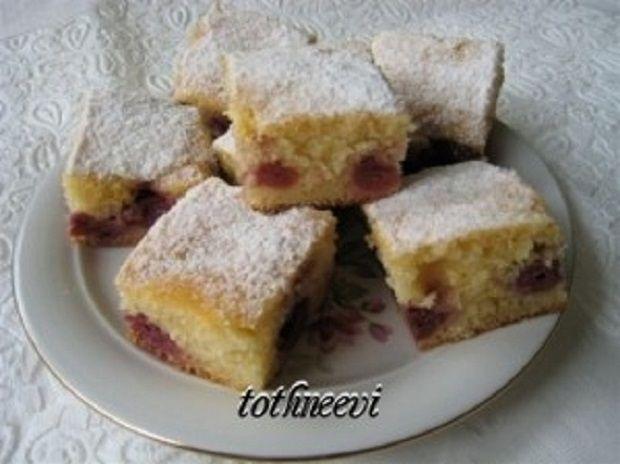 Egy nagyon egyszerű, de finom sütemény receptjét osztom meg veletek, más gyümölccsel is elkészíthetjük. Kezdőknek sem marad el a sikerélményük H o z z á v a l ó k : 15-20 dkg cukor (ki milyen édesen szereti) 10 dkg margarin 1 vaníliás...