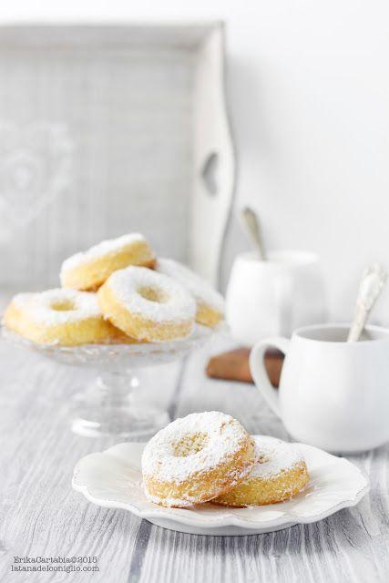 La tana del coniglio: Ciambelline soffici con zucchero a velo3 uova 100 gr di zucchero 20 gr di acqua 60 gr di olio extravergine di oliva (gusto delicato) 110 gr di farina 00 4 gr lievito per dolci 1 cucchiaino di miele scorza di limone bio 1/2 bacello di vaniglia 1 pizzico di sale zucchero a velo q.b.