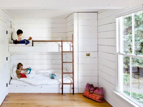 """Loftsäng med garderob från golv till tak vid fotändan. Kan stegen vara skjutbar (skena i golvet?) a la gamla bibliotek, så att man kan använda den för att nå högt uppe i garderoben också? Eller ska det bara vara garderob i """"normalhöjd"""" och ett litet extra krypin nedanför fotändan? Eller en jättelång säng som erbjuder skaföttes samsovning?"""