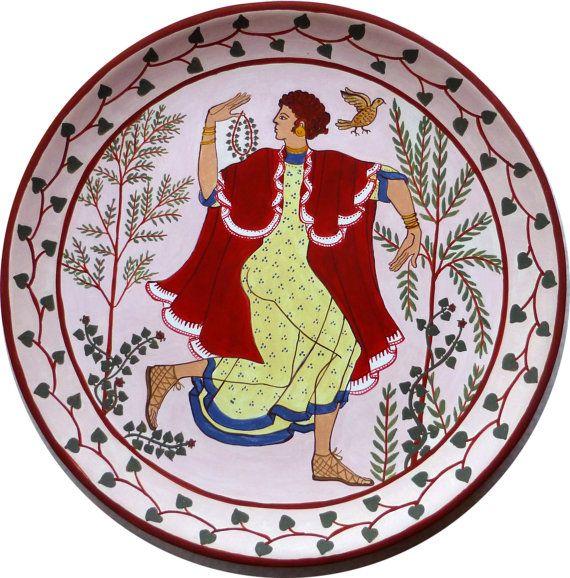 piatto terracotta dipinto con danzatrice etrusca, ispirato dagli affreschi etruschi. Dipinto a mano by MITOliberty #italiasmartteam #etsy