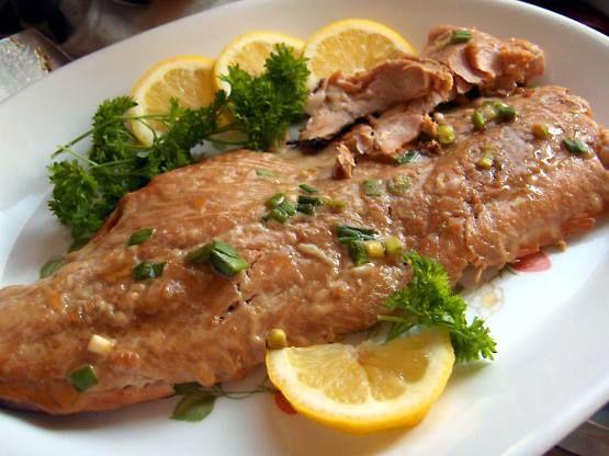 Medovo zázvorový losos -1 lžička mletého zázvoru 1 lžička česnekového prášku 80 ml sojové omáčky 80 ml pomerančového džusu 80 ml medu 1 jarní cibulka  250g filet z lososa  Postup: Zázvor, česnekový prášek, sojovou omáčku, džus med a cibulku promíchejte--marinádu a potřete lososa, v marinádě 15 až 30 minut v lednici. Gril nebo pánev na mírném ohni - 12 až 15 minut.  5 posledních minut potírejte lososa zbytkem marinády.
