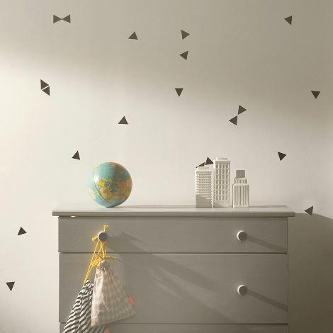 Med Ferm Living sine dekorative wallstickers er det lett å skape et nytt uttrykk og endre stilen i et rom på kun få minutter. Wallstickeren er laget av vinyl og størrelsen er justerbar. Kan påsettes alle jevne og glatte overflater.  Størrelse: Kommer på ett A4 ark med 72 triangler på arket.