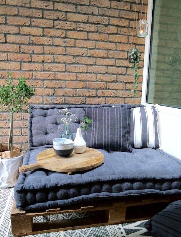 KARWEI   Maak jouw eigen gezellige lounge plek met oude pallets.