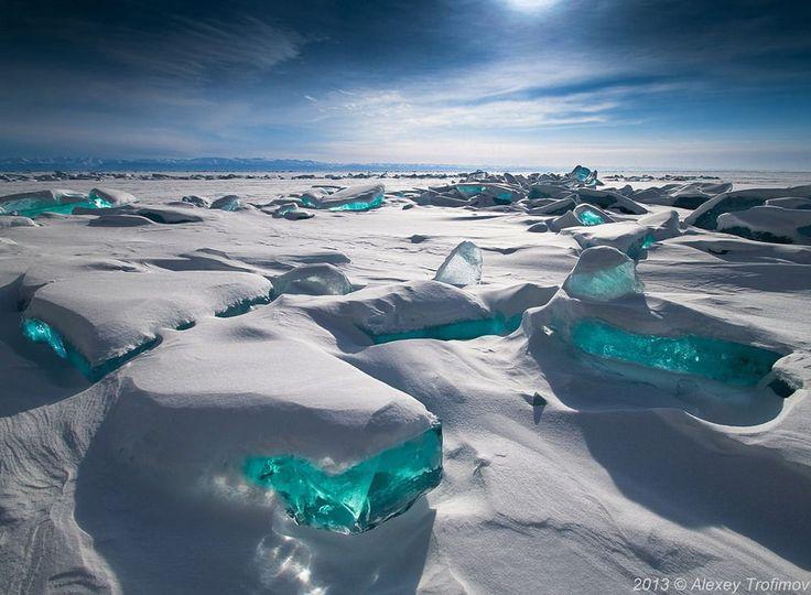 Lago Baikal, Siberia. El lago Baikal es el lago de agua dulce más grande y antiguo del mundo. En el invierno, el lago se congela pero el agua es tan clara que se puede ver 40 metros por debajo del hielo. En marzo, las heladas y el sol provocan grietas en la corteza de hielo y aparecen los fragmentos de hielo de color turquesa que vemos en la superficie.