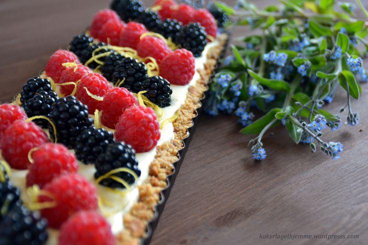 Kremost terte med sommer bær (uten baking)
