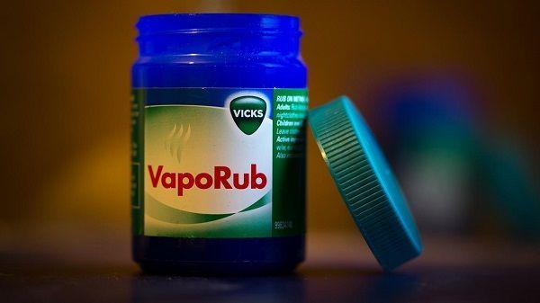 Vick VapoRub é um produto muito conhecido pelas suas fantásticas acçções em tratar vários problemas de saúde, principalmente pelo seu poder descongestionante. O seu uso é altamente indicado para melhorar a respiração e eliminar os problemas respiratórios, aliviando os sintomas de gripes e resfriados.
