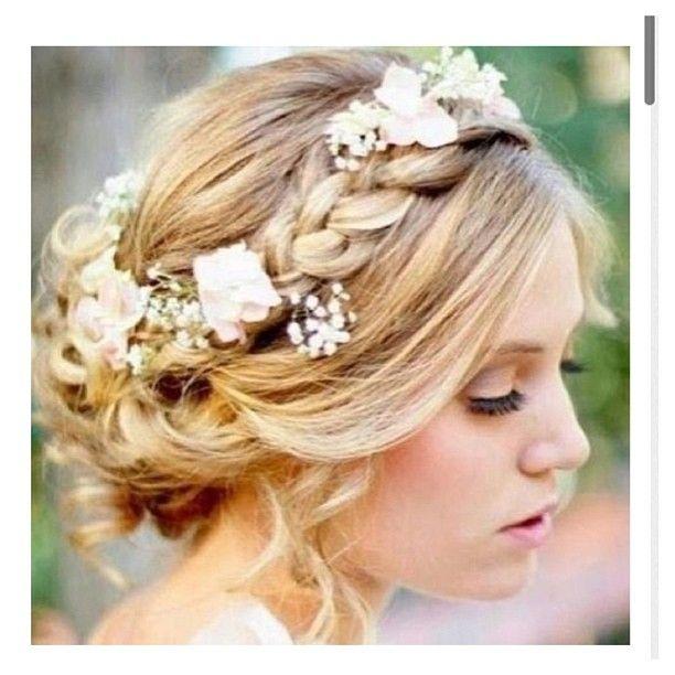 Coiffure romantique et bohème avec tresse en couronne ornée de fleurs // Beautiful wedding hairstyle : braid and flower crown