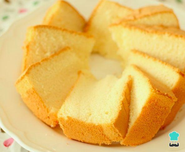 Aprende a preparar bizcocho esponjoso casero fácil con esta rica y fácil receta. En un bol grande, mezclamos todos los ingedientes, comenzando por los huevos, la...
