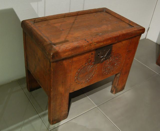 This is a small so-called 'Frontalstollentruhe', or hutch type chest dating from the second half of the 16th century.