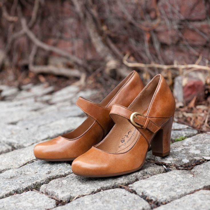 A comfortable work style with a trendy chunky heel that will keep your feet happy all day. Love the retro vibe.
