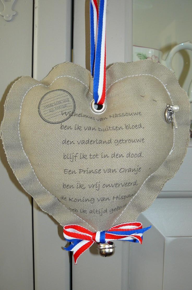 Het Wilhemus geprint op canvas stof en daarna een hartje gemaakt. Leuk als tip voor Koninginnedag.