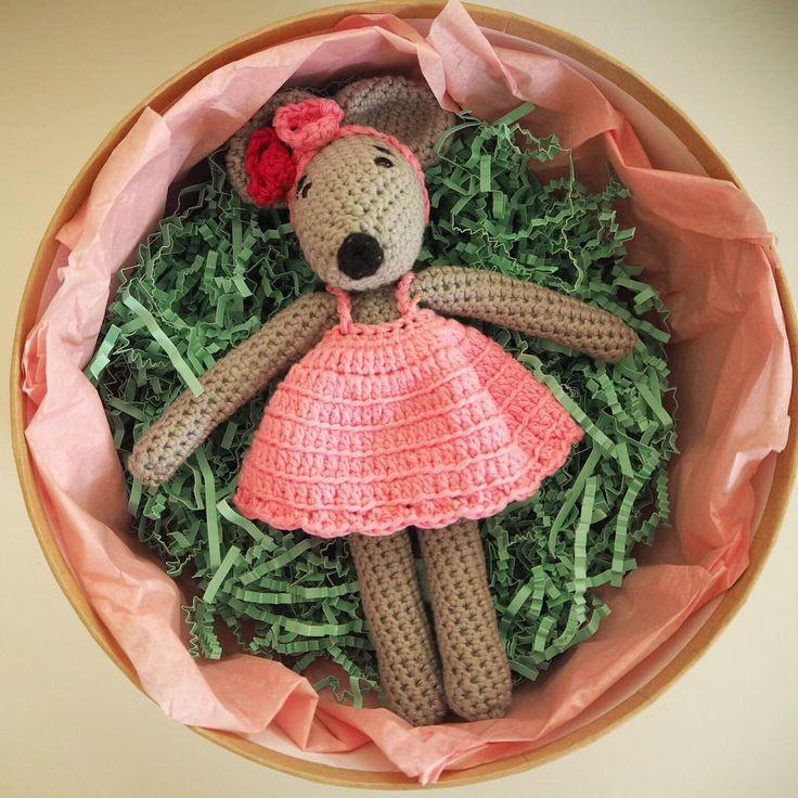 Ma rosie a pris place dans sa jolie boîte pour aller rejoindre sa nouvelle propriétaire !🐭🌸#madamejentreenville #madamemarraine #mafilleuledamour #sapremierebougie #cadeaux #boites #rosielapetitesourie #souris #jecrochetecommeuncapitaine #jecrocheteetalors #jecrocheteetjassume #crochetaddict modèle @cotonetgourmandises