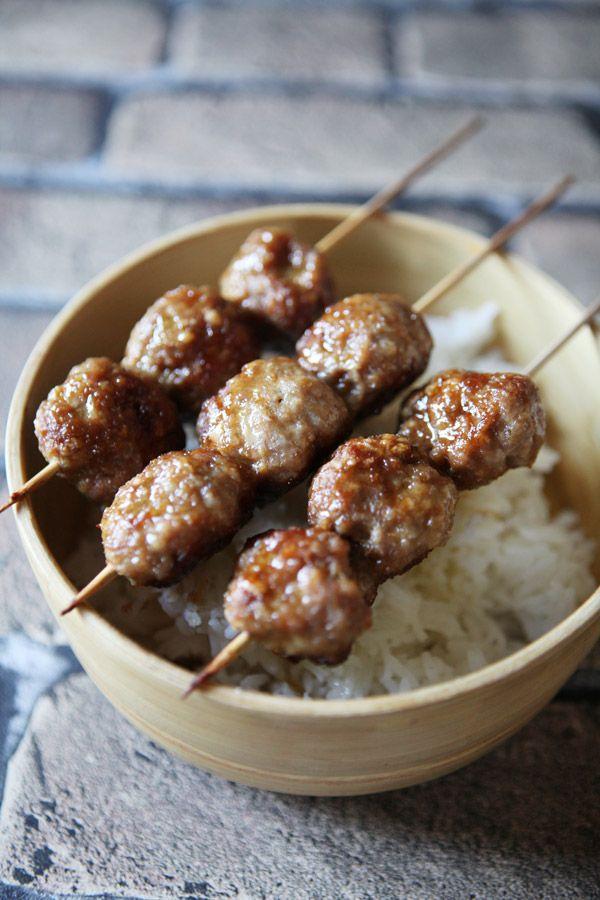 LES TSUKUNES (Pour 12 brochettes : 500 g de filet de poulet haché, 2 jaunes d'oeufs, 15 g de sucre, 60 g de chapelure, 30 g de farine, 12 cl de sauce soja, 1 oignon blanc)