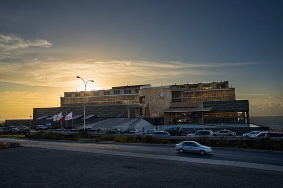 La bonita fachada del Hotel del Desierto de Enjoy Antofagasta con un atardecer espectacular de fondo.