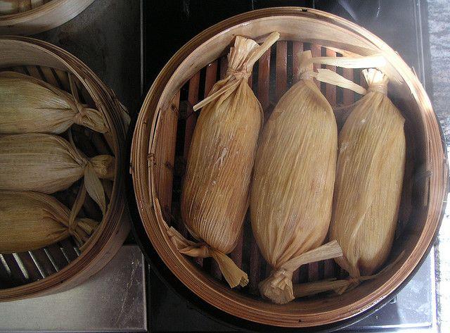 Tamales dans des paniers en osier