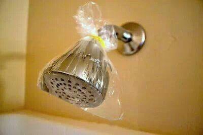 doucheko ontkalken? Scheutje schoonmaakazijn in een zakje, met elastiek om de douchekop binden en nachtje laten 'weken'.