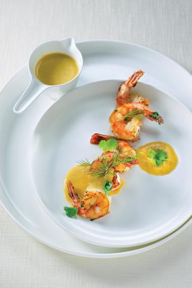 Scampi in Thaise curry met appeltjes http://njam.tv/recepten/scampi-thaise-curry-met-appeltjes