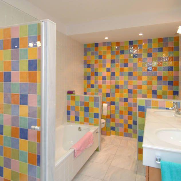 Baño infantil de alegres colores : Baños de estilo moderno de PRIBURGOS SLU