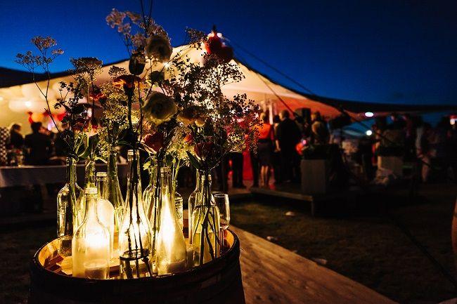 Verlichting brengt sfeer op een tentbruiloft // Fotograaf: Arma fotografie // Girls of honour