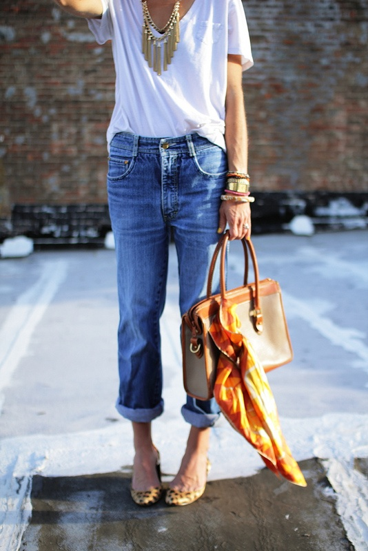 i love this: A Mini-Saia Jeans, Statement Necklaces, White Flats, Jeans Fashion, Jeans Style, Street Style, Looks Casual, Hermes Scarves, White Boyfriends Jeans