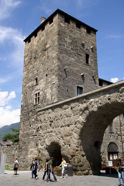 Aosta, Porta Praetoria mit Geschlechterturm (Roman gate with medieval tower) | Flickr - Photo Sharing!