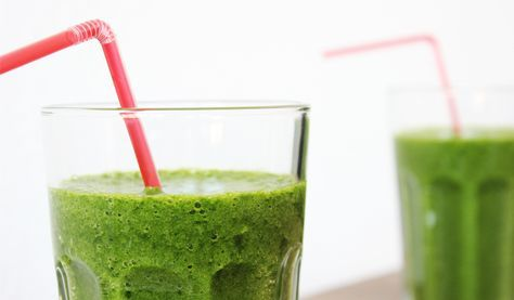 Groene smoothie met spinazie en banaan, voor ontbijt of tussendoortje? Kijk voor het basis recept van deze smoothie en alle variaties op ProjectGezond.nl.