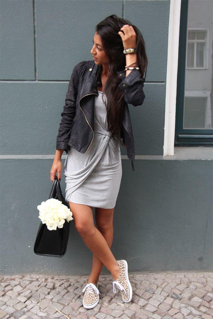 Comprar ropa de este look: https://es.lookastic.com/moda-mujer/looks/chaqueta-motera-vestido-tubo-zapatillas-plimsoll-bolsa-tote-pulsera/13041   — Pulsera Dorada  — Chaqueta Motera de Cuero Negra  — Vestido Tubo Gris  — Bolsa Tote de Cuero Negra  — Zapatillas Plimsoll de Lona de Leopardo Marrón Claro